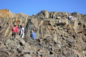 Recogiendo fósiles en una mina